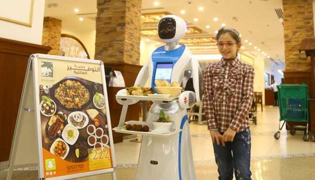 Robot Waitress Qatar - YellRobot